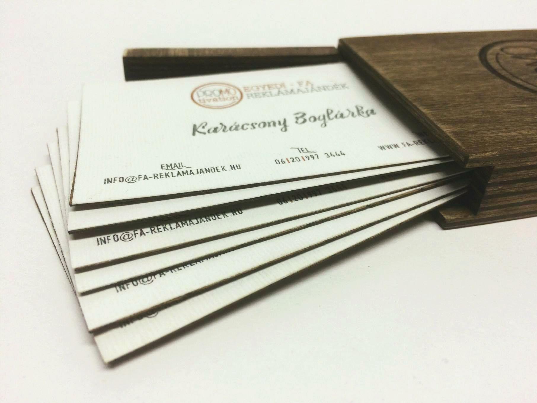 Fával kombinált névjegykártya pácolt fa tartóban